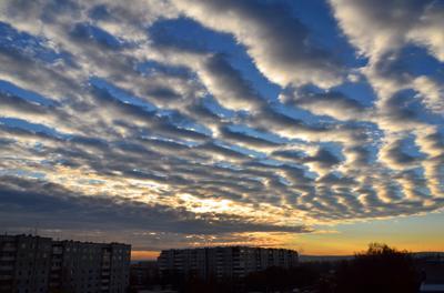 Октябрьским утром Сибирь небо облака восход город