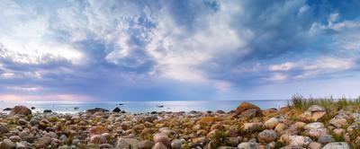 Вечер на каменнистом побережье море закат небо вечер камни поборежье Эстония лето облака