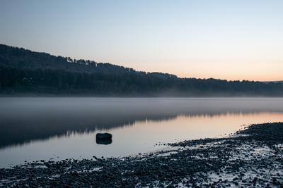 Утренний дзен река камень отражение туман утро рассвет
