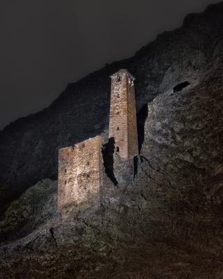 Одинокий страж Чечня горы боевые башни ночь
