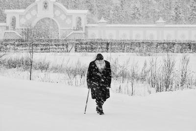 Утопая в сугробах порою, шёл монах одинокий в обитель...