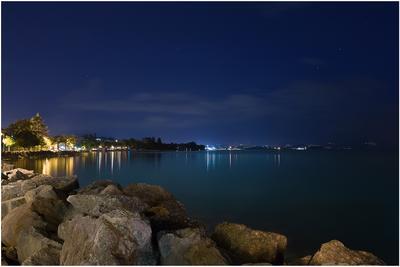 *** ночь небо звезды отражение вода озеро берег камни город