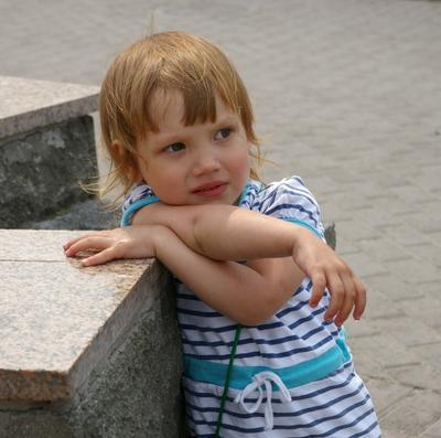 Портрет девочки у фонтана портрет девочка фонтан гранит город