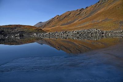 Спокойствие утаенного озера Осень Кавказ