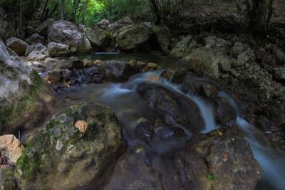 Горный ручей ручей горы Большой каньон Крым деревья лес длинная выдержка камни вода