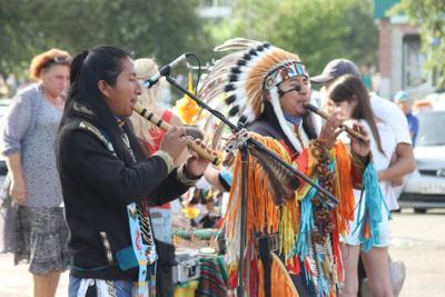 Индейцы в городе