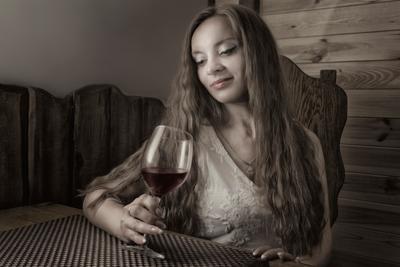 Она и бакал вина