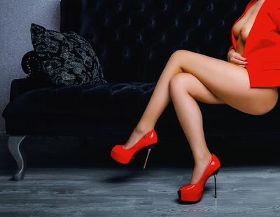 *** красное туфли модель девушка грудь ню пиджак студия диван каблуки секси ноги