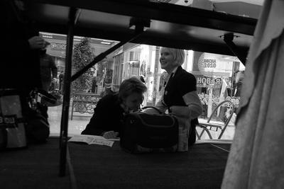 Из под палы под столом одного из супермаркетов Питера