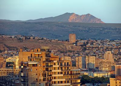 Трехвершинник горы вечер город