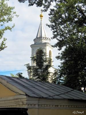 ***Колокольня монастыря Иоанна Предтечи на Ивановской горке в Москве Колокольня крыши домов деревья