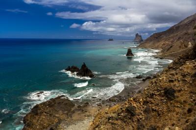 Скалы в Атлантическом океане