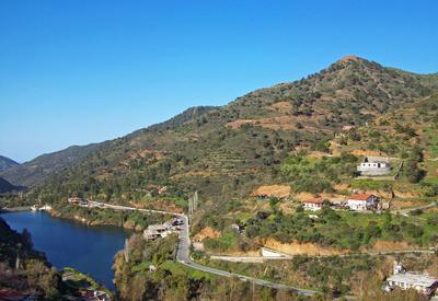 В горах Троодоса 2 горы склоны водохранилище дома голубое небо