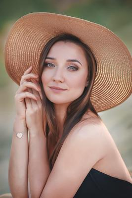 Девушка в шляпе красивая девушка карьеры портрет браслет лес шляпа улыбка с большими полями