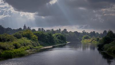 Освещённые берега... река которосль берег церковь просветы лучи храм тучи дымка