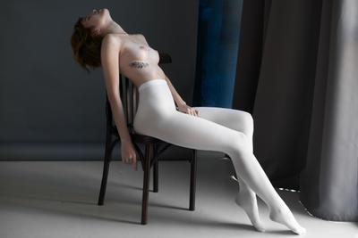 Поля девушка модель profoto студия естественный свет ню поза изящно окно ткань худоба косточки кости ребра