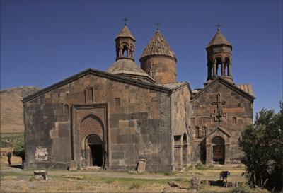 Армения.  Монастырь в  горах....
