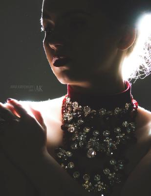 """""""In Lights"""" дизайнерские аксессуары украшения гламур свет тень студия поза портрет бьюти красивая девушка"""
