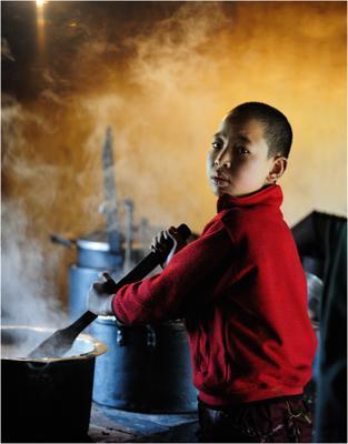 На монастырской кухне. Бутан. Монастырь. Монах. Кухня