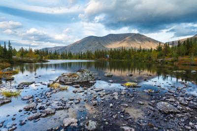Отражение горы Рисчорр в озере с мелкими камнями горы Хибины озеро отражение Рисчорр облако