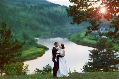 На закате свадьба жених невеста речка закат объятия