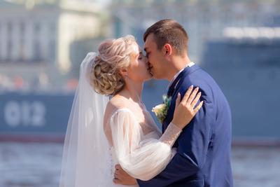 Поцелуй на фоне корабля
