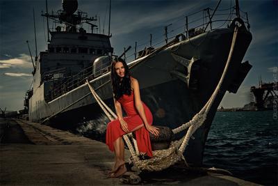 Женщина в красном у военного корабля девушка гламур портрет корабль реклама море