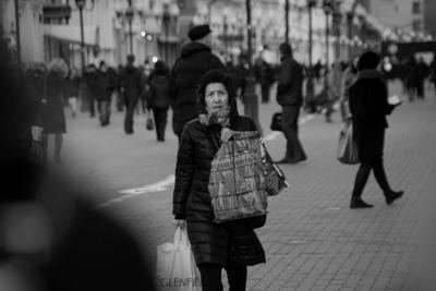 Где же эта зима? стрит фотография черно- белая монохромная женщина улица Арбат