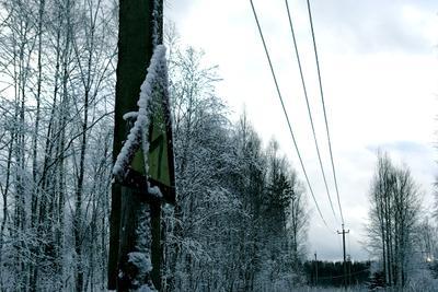 Про извилистую дорогу снег знак ПДД провода ЛЭП