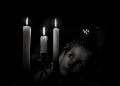 Во мраке свечи мрак чб