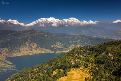Вид на горную деревушку на фоне Гималаев непал, пейзаж
