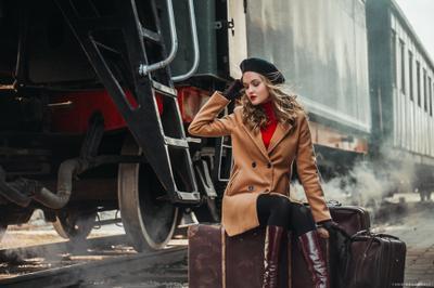 I am leaving train girl retro девушка ретро поезд чемодан