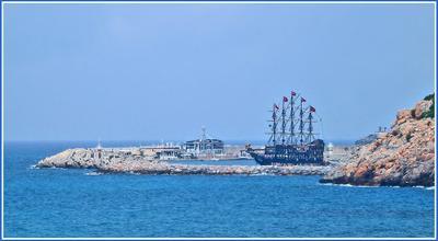 «Пираты» отправляются в путь Турция Алания море скалы яхта