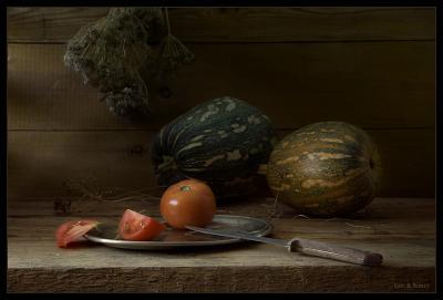 натюрморт с дольками помидора тыквы, помидор