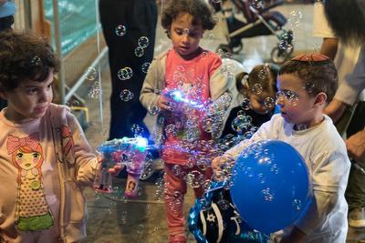 День Независимости в Израиле Мыльные пузыри дети Кфар-Саба