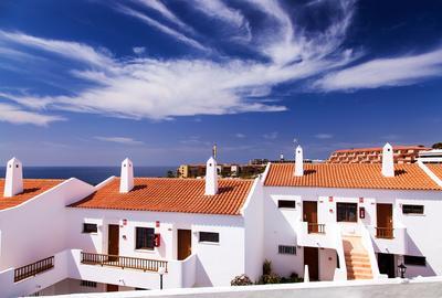 гипнодомики тенерифе белые домики с черепичными крышами