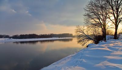 зимний вечер на реке вечер, берег, прогулка, зима, снег, закат...