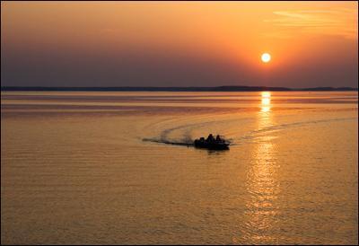 Вечер на Московском море Московское море Иваньковское водохранилище закат моторка моторная лодка Дубна