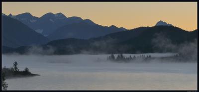 В ожидании рассвета Казахстан Алтай озеро Язевое рассвет туман горы осень лес