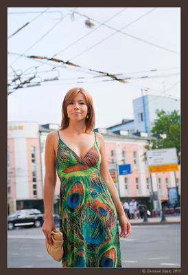 Фото 1.4-48 Большой Город лето август летний день улица бульвар здания провода контактная сеть девушка платье узоры прогулка встреча привлекательность взгляд улыбка