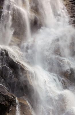 вода против скалы  вода