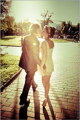 walking for a kiss вечер парк молодые свадьба поцелуй