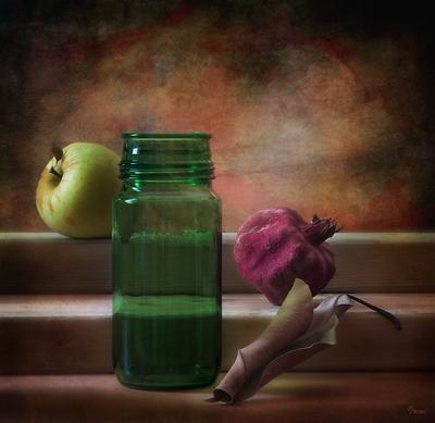 Цветное настроение бутыль стеклянная яблоко гранат сухой лист настроение