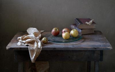 Натюрморт с яблоками и книгами