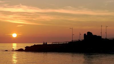 Руины Ла-Торресильи Испания Андалусия Малага Нерха Ла-Торресилья башня сторожевой закат море руины небо облака солнце рыбак силуэт контраст