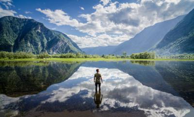 Altai self-portrait Алтай пейзаж Россия природа скала горы лодка озеро Телецкое дождь небо портрет люди фигура человек отражение
