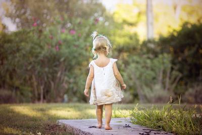 Прогулка по саду ребенок девочка лето