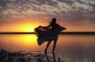Уходящее лето Крым девушка кояшское закат платье ветер розовое