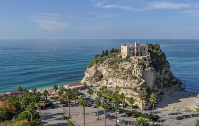 Тропеа Италия туризм путешествия Тропеа море лето пейзаж природа пальмы побережье