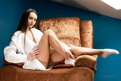 Арина девушка модель красавица портрет сидит в кресле балерина красивые ноги
